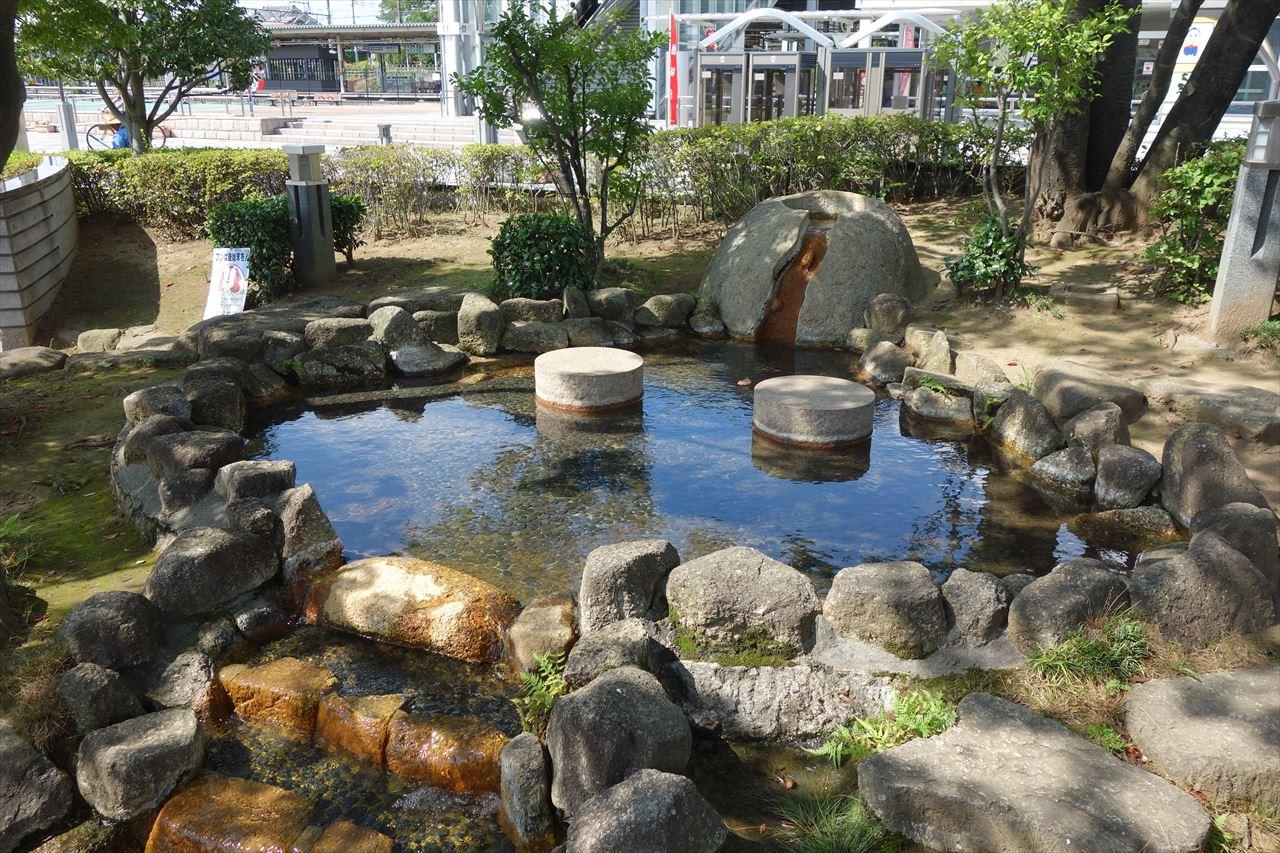 佐野駅前の広場には、子供がちょっと水遊び出来るスポットがありますよ