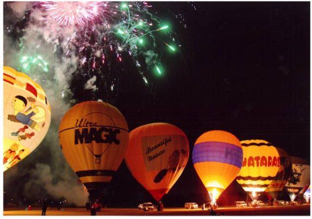 おやまバルーンフェスタの熱気球ナイトグローと花火