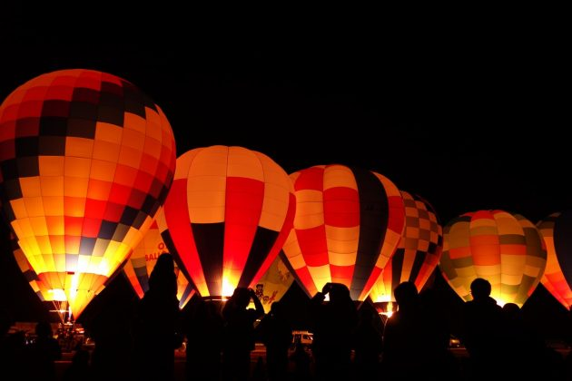 おやまバルーンフェスタの熱気球ナイトグロー(バーナーON)