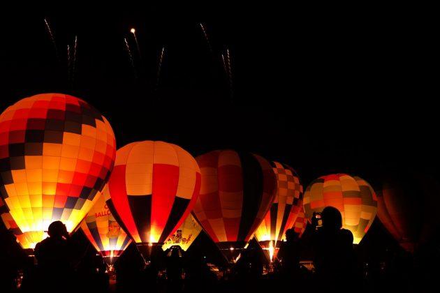 おやまバルーンフェスタの熱気球ナイトグローの様子