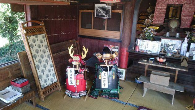 犬伏新町薬師堂の中にある真田親子の兜