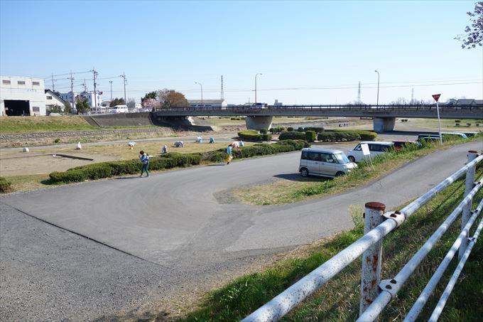 秋山川緑地グラウンドの駐車場