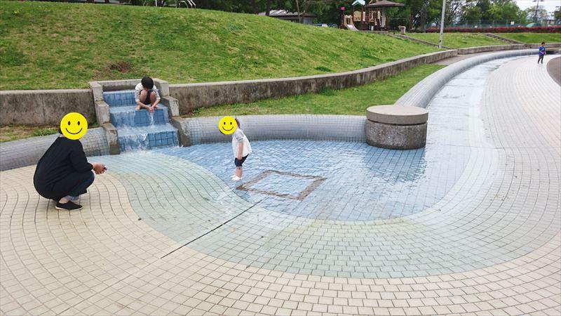 大平運動公園のせせらぎ広場で遊んでいる写真