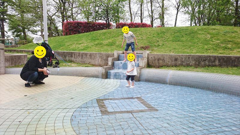 大平運動公園のせせらぎ広場で水遊び