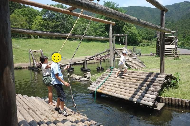 蓬山ログビレッジの水上アスレチック(ロープジャンプのアップ)
