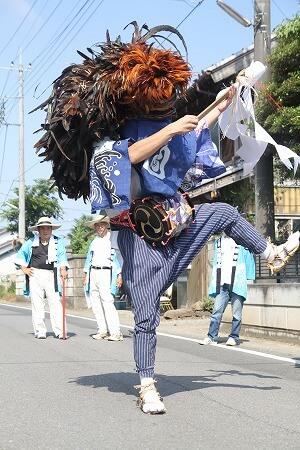 町内を回る芦畦獅子舞