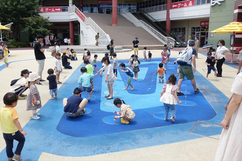 おやまゆうえんハーヴェストウォークの水遊び場「ウォータープラザ」で遊ぶ子供たち