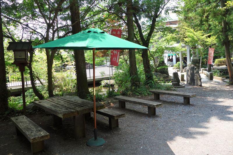 出流原弁天池の休憩スペース1