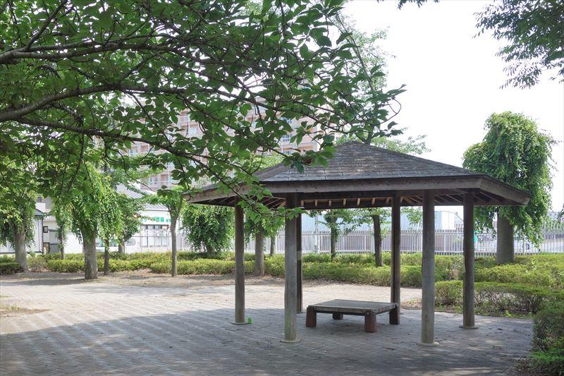 朱雀中央公園の水遊び場付近の休憩スポット