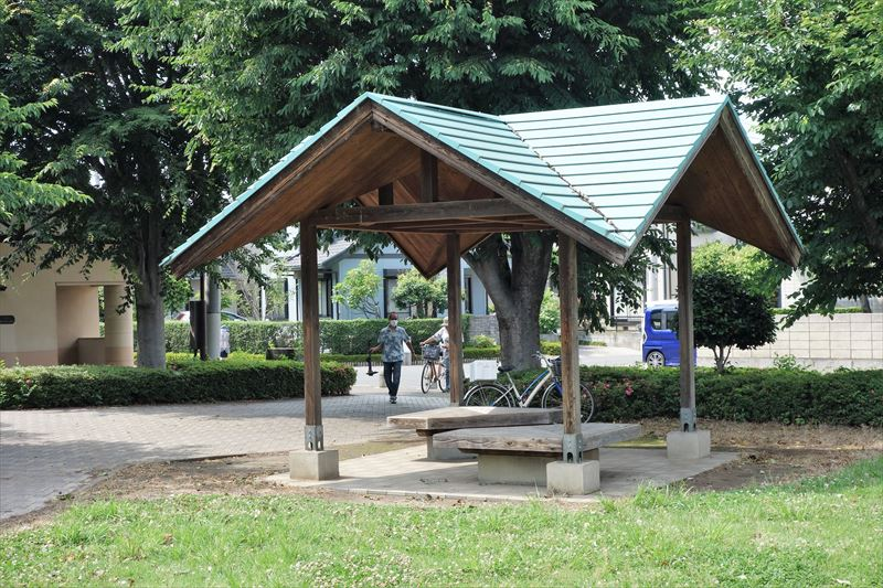 朱雀中央公園のコンビネーション遊具付近の休憩スポット