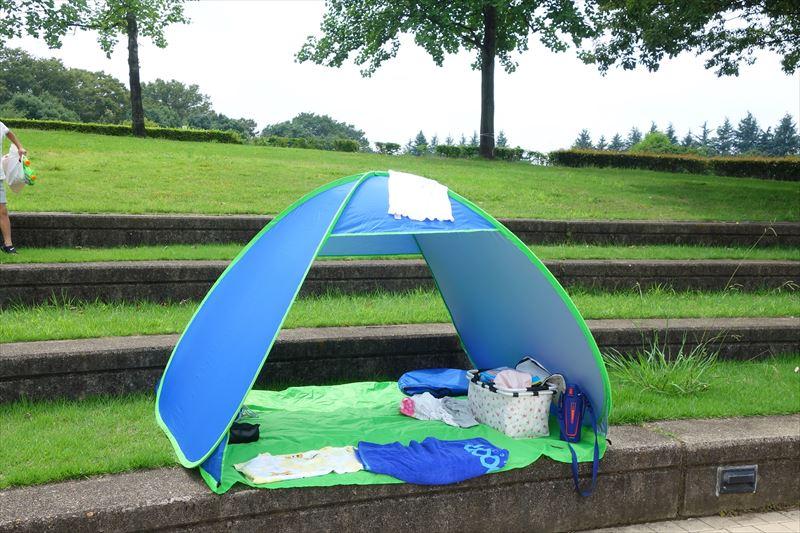 小山総合公園の休憩スペースにテントを設置