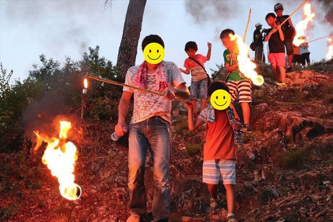 浅間の火祭りに参加する子供たち