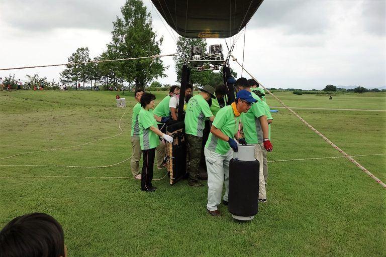 わたフェスの熱気球をセットするスタッフたち