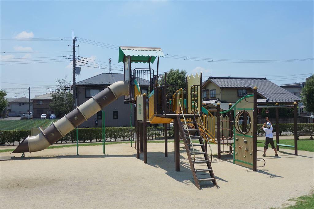 チューブ滑り台が付いた城南公園のコンビネーション遊具(別カット)