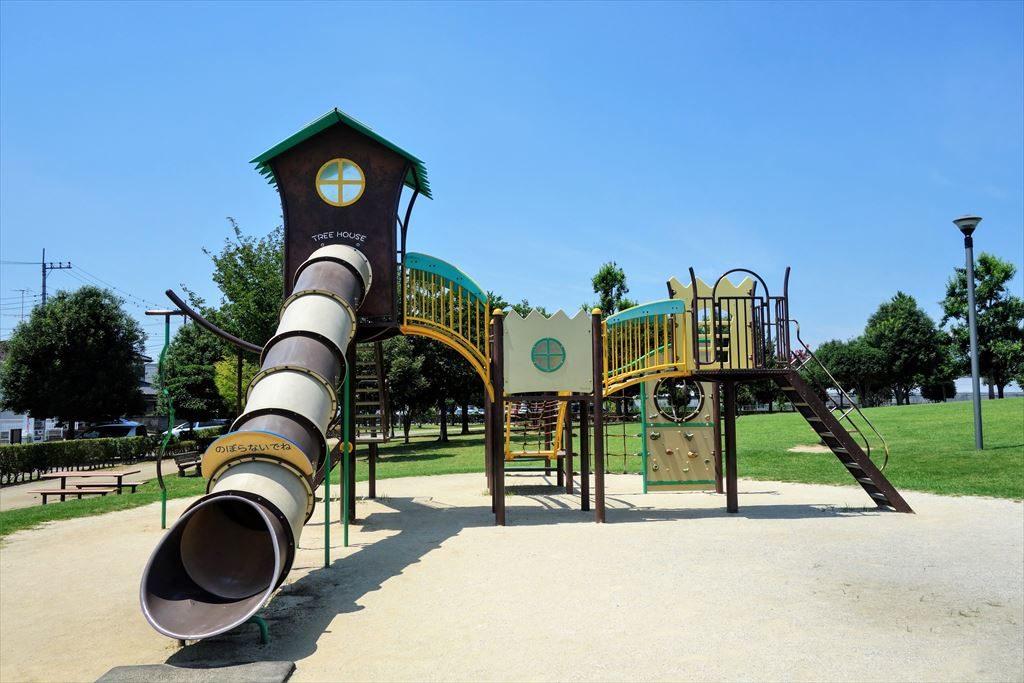 チューブ滑り台が付いた城南公園のコンビネーション遊具