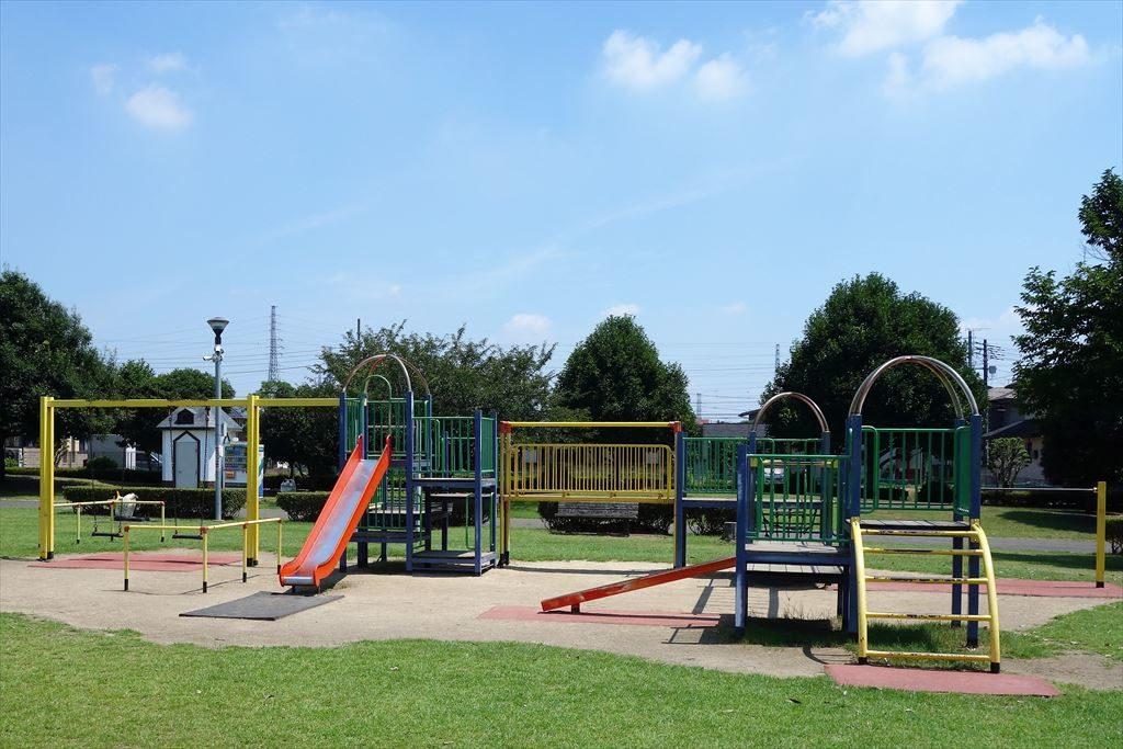 滑り台やブランコが付いた城南公園のコンビネーション遊具