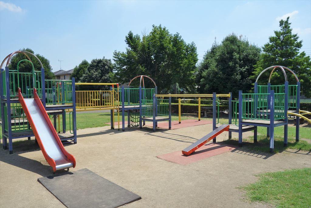 滑り台やブランコが付いた城南公園のコンビネーション遊具(別カット)