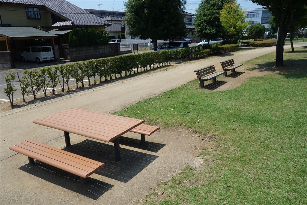 城南公園のベンチとテーブル