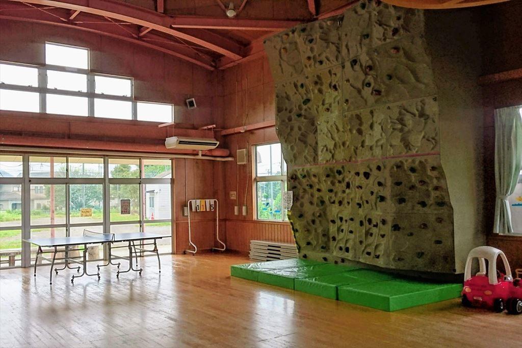 佐野市「児童館」のボルダリングと卓球台
