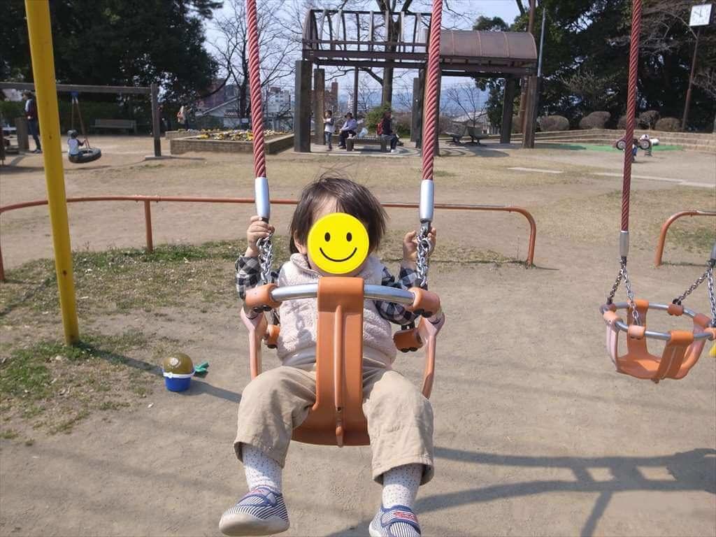城山公園のぶらんこは幼児でも遊べる