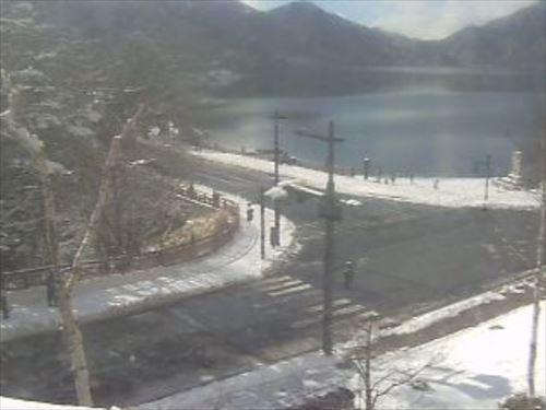 中禅寺湖畔の積雪状況が分かるライブカメラ画像