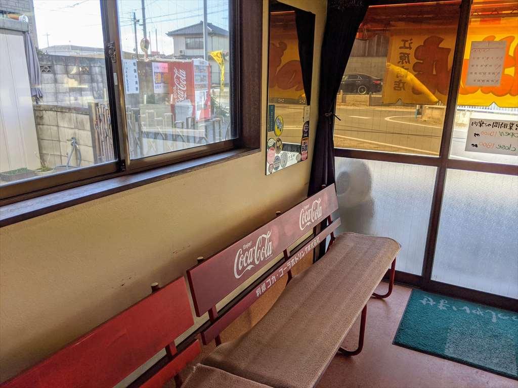 江原商店のベンチスペース