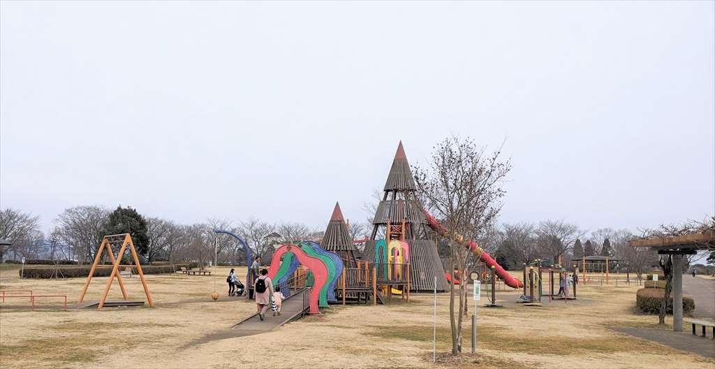 永野川緑地公園の大型複合遊具(全景)